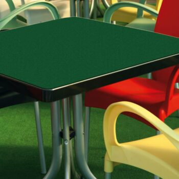 pellicola effetto velluto verde espempio applicazione su tavolino da giardino