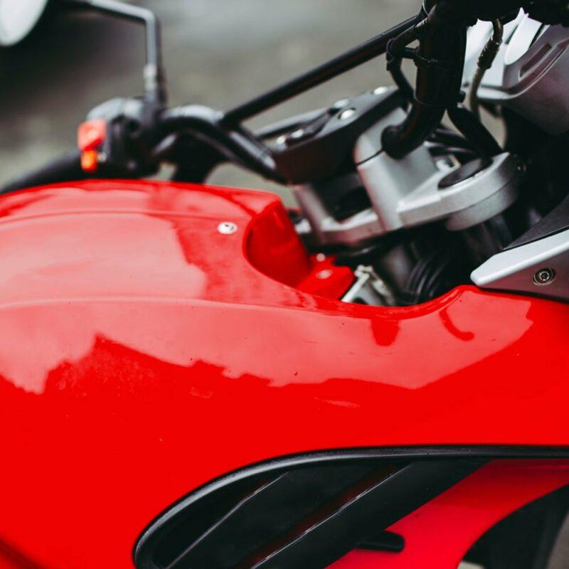 Pellicola adesiva per wrapping rosso corse applicazione moto