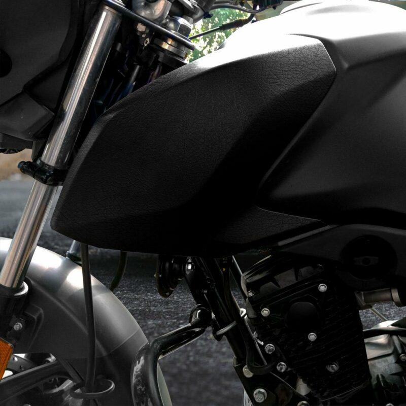 Pellicola adesiva per wrapping black cuir applicazione su moto