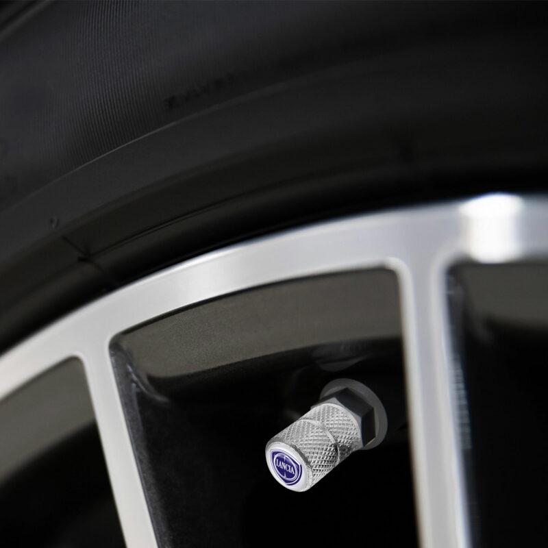 Tappini cappucci coprivalvole auto pneumatici Lancia, applicazione